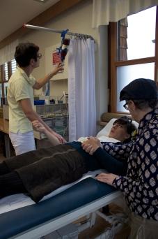 Frau Meise bekommt eine Infusion von der Kurärztin