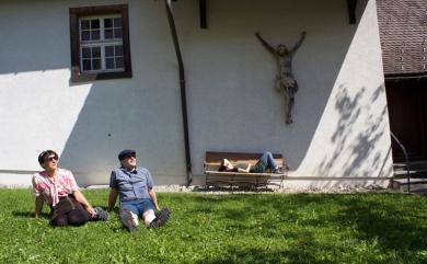 Dösen & Sonnen vor dem Weberhaus der Probstei St. Gerold